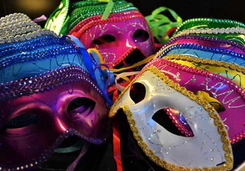 様々なカラーの仮面たち